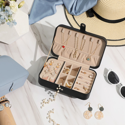 Stow away your plentiful of jewellery efficiently with our makeup storage solutions.